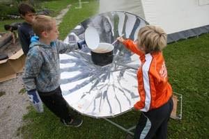 Wie wird bloß die Suppe heiß, wenn die Sonne nicht so richtig scheint? Die Kinder beim Energy Camp im Pielachtal haben sich am Solarkocher versucht, schließlich musste aber das Feuer helfen.