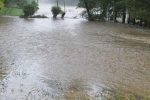 Zahlreiche Straßen waren überschwemmt, die Feuerwehr arbeitete im Großeinsatz.