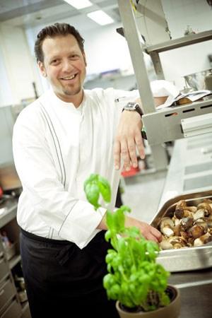 """Florian Prandstätter hat es sich zum Ziel gesetzt, """"einfache Produkte so gefühlvoll zu bearbeiten, dass man ihren Eigengeschmack perfekt herauskitzelt und die Gäste dann lieber Linsen mit Speck und Knödel essen als Hummer mit Kaviar""""."""