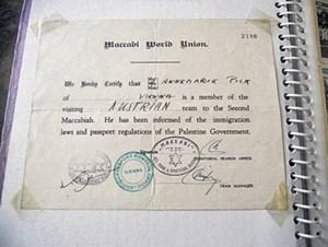 Teilnahmebestätigung von der zweiten Maccabiade, die 1935 in Israel stattfand. Das Team war per Schiff von Triest nach Haifa gereist.