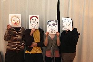 Die Studierenden (hier versteckt hinter eigenen Kunstwerken) legen Wert auf Anonymität. Für Andreas S. (ganz links) ist der Prozess zu Ende, für seine drei Kolleginnen geht es in die Berufung.