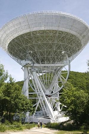 Mit Hilfe des Radioteleskops Effelsberg werden seit 40 Jahren Radioquellen im Universum erforscht.