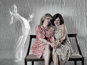 """Shakespeare in Tirol: Frank- Thomas Mende als Falstaff, Sonja Jehle und Helga Pedross (re.) als die """"windigen Weiber""""."""