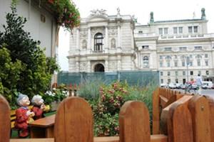 Hier waren Bauarbeiter mit tiefgrünen Daumen am Werk: Ein Vorgarten für die Baucontainer zwischen Volksgarten und Burgtheater.