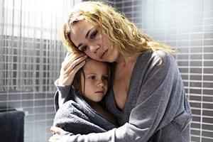 "Mutter und Tochter, ratlos: Anna Ycobalzeta (re.), Noa Schinnerling in ""La Mosquitera""."