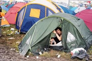 """Für András Szigetvari ist das Campieren bei Musikfestivals """"eine grausame Erfahrung"""", Colette Schmidt hingegen findet, dass """"Zelten wahre Glücksgefühle"""" bescheiden kann."""