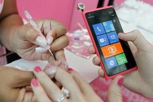 Schöne Nägel für Nokia-User: In Dallas, Denver und L.A. bekommt man einen Nokia-Nagellack