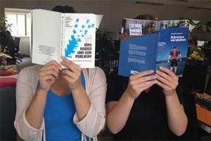 Marie-Theres Egyed (li.) und Rosa Winkler-Hermaden bereiten sich auf die Arbeitswoche in Kärnten vor.