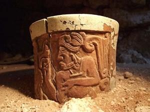 Das reliefverzierte Keramikgefäß dürfte als Kakaobecher gedient haben.
