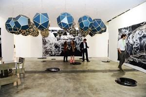 Die Galerien aus dem Westen versuchen in Hongkong Fuß zu fassen: der Stand der Galerie Neugerriemschneider mit Himmelskörpern von Olafur Eliasson bei der Art HK 2012.
