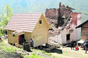 """Nach vier Tagen Arbeit und 4000 Euro Spendengeld von """"Bauern helfen Bauern"""" hat eine zurückgekehrte Familie mit dem kanadischen Blockhaus wieder ein Dach über dem Kopf."""
