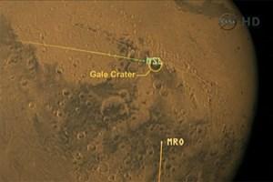 """Das """"Mars Science Laboratory"""" (grün) im Anflug auf das Landegebiet und der """"Mars Reconnaissance Orbiter"""" (MRO)"""