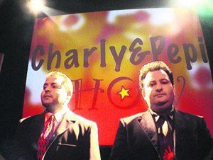 Pepi (li.) und Charly schmähtandeln sich durch und auf Roman.