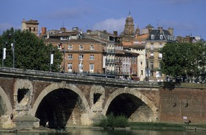 Die Gascogne: Abgesehen von der Küste spielt die Gascogne im internationalen Tourismus keine große Rolle. Hauptsächlich lockt das Binnenland Franzosen auf Inlandsurlaub an, darüber hinaus vor allem Engländer, die sich hier während der Sommermonate Ferienhäuser mieten. Der Landstrich im nördlichen Pyrenäenvorland beginnt im Osten etwa auf der Höhe der Großstadt Toulouse und erstreckt sich bis an die Atlantikküste. Historisch reichte die Gascogne im Norden bis an die Großstadt Bordeaux. Außerhalb der Städte gilt die dünnbesiedelte Region auch heute noch als bäuerlich. Neben der Waldwirtschaft spielt Weinbau eine große Rolle.Bild: Die Brücke Pont Neuf an der Promenade Henri Martin in La Daurade, Toulouse.