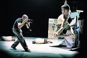"""Die Gier der Gegenwart nach immer neuen Bildern: Rock-Fotograf Danny Willems im Stück """"booty Looting"""" bei der Arbeit."""