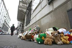 Stofftiere vor dem Innenministerium: Mit Protesten gegen die Abschiebepraxis dürfte Ministerin Mikl-Leitner auch am Mittwoch in Salzburg zu tun bekommen.