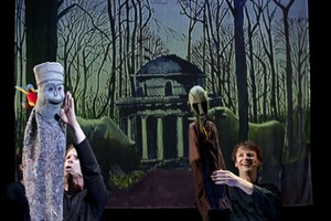 """Puppentreff  im Salzburger Schauspielhaus in  Nonntal:  Tristan Vogt (Mi.) und Lutz Großmann bei der Arbeit - der filzige  Geselle mit den roten  Augen links  ist der """"Hass""""."""