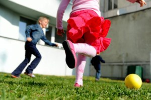 """Mädchen spielen bei """"Fun & Care"""" Fußball. Auch in Rosarot."""