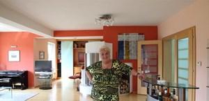 """""""Ich bin schon ein richtiges Wohntier. Jetzt kann man hier richtig gut knotzen."""" Stefanie Werger in ihrem neu ausgemalten Wohnzimmer in Graz."""