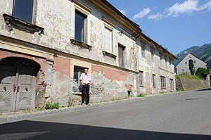 """Vordernbergs Bürgermeister Hubner vor verlassenem Haus: """"Sogar die Apotheke ist eingegangen. Das musst erst einmal schaffen."""""""