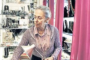Die 80-jährige Annette Barboza kämpft für den Erhalt des von ihrem Vater gegründeten Schmuckgeschäfts im Gebäude an der Place Vendôme. Es misst gerade einmal sieben Quadratmeter.