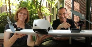 Julie Adams und Steven Wernke mit der Vermessungs-Drohne.