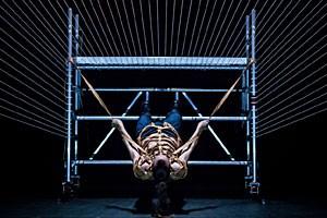 """Zerrt an den Geschirren des Daseins: der kanadische Tänzer und Choreograf Benoît Lachambre im Stück """"Snakeskin"""""""