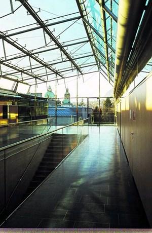 Der Neubau der SoWi-Fakultät gilt als architektonische  Öffnung. Der angrenzende Hofgarten wird durch die Glasfronten  in die Räume geholt.