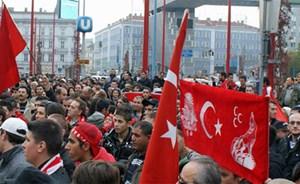 """Drei Sichelmonde zusammen mit dem Wolf auf dieser Fahne die """"Grauen Wölfe"""". Hier zu sehen bei einer Anti-PKK-Demonstration in Wien im Jahr 2011."""