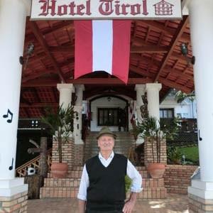 Eine Marke, die zieht: Tirol heißt nicht nur eines der Touristenhotels in Dreizehnlinden - im Vordergrund Besitzer Jacob Steiner -, sondern auch die im Ort ansässige Molkerei, die zweitgrößte Brasiliens.