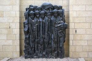 In der Holocaust-Gedenkstätte Yad Vashem erinnert ein Denkmal an Janusz Korczak und sein Wirken.