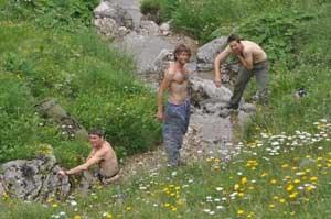 Nahrung sammeln und Katzenwäsche in den Allgäuer Alpen. Acht Teilnehmer legten in sieben Tagen 120 Kilometer zurück.