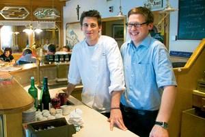 Thomas (li.) und Markus Haag waren lang in guten Häusern unterwegs, jetzt schupfen die beiden den elterlichen Gasthof im Weinviertel.