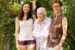 Marcia Mchemmech (li.) lernt von der Oma französische Vokabeln, Annelies Gerold von der Enkelin, was ein Chat ist. Organisiert wird die fröhliche Generationen-WG von Annelies' Tochter Monika Mchemmech.