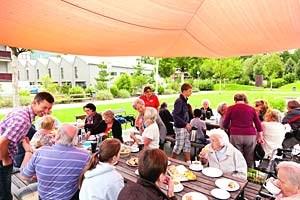 Frühstück im Freien. Dienstags wird der Mariahilfpark in Bregenz zum offenen Stadtteil-Treff für alle Generationen. Mit dabei: Bewohner des nahen Pflegeheims und der Lebensräume für Jung und Alt.
