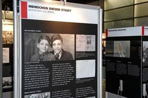 Vierzig Tafeln erinnern in Freilassing an die Opfer, die während der Nazi-Herrschaft per Bahn in die Konzentrationslager verschleppt wurden.