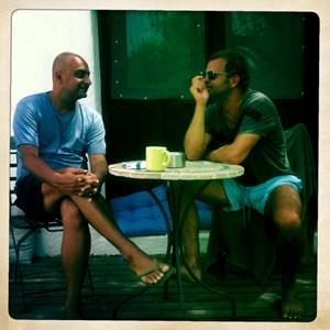 """Amir Kassaei, weltweiter Kreativchef des Werbenetworks DDB, und DDFG-Boss Marco de Felice beim Sommergespräch auf Ibiza.""""Es is ja ewig schod um mi!""""Donnerstag, 9.August, Santa Eulalia del Rio. Zwei Österreicher auf Ibiza, der eine hat sich hier eine schöne alte Finca zugelegt, der andere ist sein Gast. Der eine heißt Kassei Amir (in Österreich sagt man den Familiennamen gern zuerst) und lebt sonst eher in New York und Shanghai, der andere de Felice Marco und lebt sonst eher in Wien.Heute geht's um Österreich und um die Werbung ebendort. Passt grad gut. Olympia ist fast vorbei und unsere Medaillenbilanz ist der von Cannes 2012 nicht unähnlich. Dort heißen sie zwar Löwen,  aber kriegen tun sie auch die anderen.(Marco de Felices Prolog zum Sommergespräch)"""