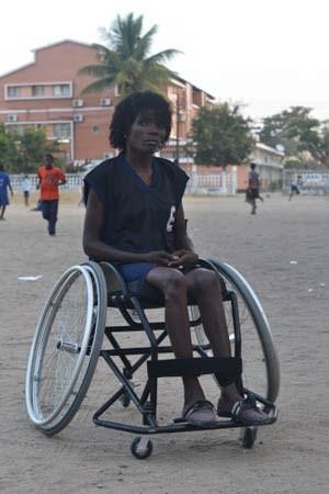 Luisa trainiert zweimal pro Woche Rollstuhlbasketball.