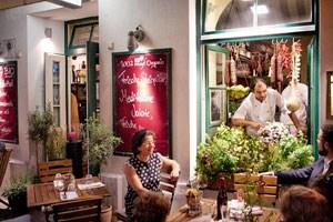"""Cristina Rojik (links) hat mit Sandro Balogh (im Fenster) einen ganz wunderbaren Koch für ihre """"Weinbotschaft"""" an Land gezogen."""