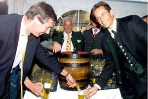 "Mai 2001: Karl-Heinz Grasser am ""Kirchfest"" der Firma Soravia."