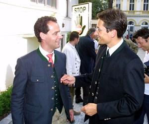 """Scholle Österreich: Karl-Heinz Grasser (rechts) plaudert im Jahr des Dorotheum-Verkaufs beim """"Soravia-Kirtag"""" mit dem später siegreichen Bieter und Gastgeber Erwin Soravia."""