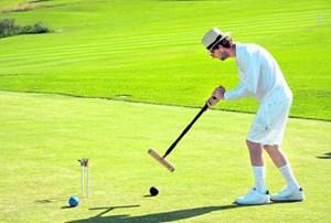 Zwei Kugeln jeweils zweimal durch sechs Tore und am Ende an den Stab in der Platzmitte zu spielen, darum geht es im Croquet.