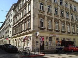 """Das Zinshaus in der Mühlfeldgasse 12 in Wien-Leopoldstadt. In der ehemaligen Pizzeria haben sich Vertreter der """"Pankahyttn"""" breitgemacht."""