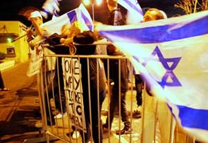 Israelis demonstrieren in Tel Aviv gegen eine Arabisch-Jüdische Veranstaltung.