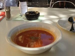 Anpatzen leicht gemacht: Tomatensuppe im Ansari.