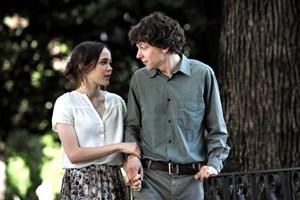 """In Rom setzen sich die Gefühle gern gegen die Vernunft durch: Jesse Eisenberg und Ellen Page als kurz  füreinander bestimmtes Pärchen in Woody Allens Komödie """"To Rome With Love""""."""