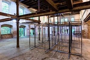Ein Fabrikraum in Transformation: Markus Wilfing reagiert mit Drehmomenten - einem Raum im Raum.