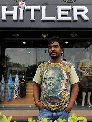 Rajesh Shah mit Mahatma-Gandhi-T-Shirt vor seinem Geschäft.