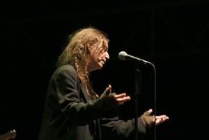 Es gab rührende Momente mit Liedern, die Toten gewidmet wurden. Es gab beim Konzert von Patti Smith aber auch heftigen Umgang mit der Gitarre.