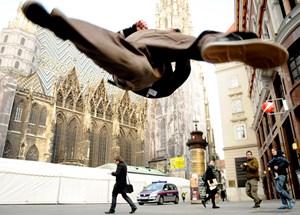 """Seit rund zwei Jahrzehnten unterhalten """"Street Life Supreme"""" Schaulustige neben dem Stephansdom. Eine neue Verordnung könnte diese Ära der freien Straßenkunst beenden."""